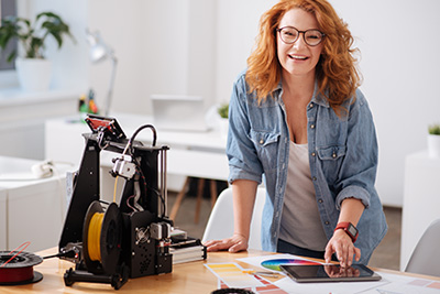 Femme entrepreneure mesurant son impact social